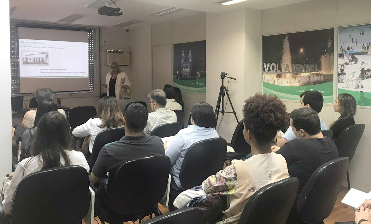 Palestra sobre sistema farmacêutico em Portugal