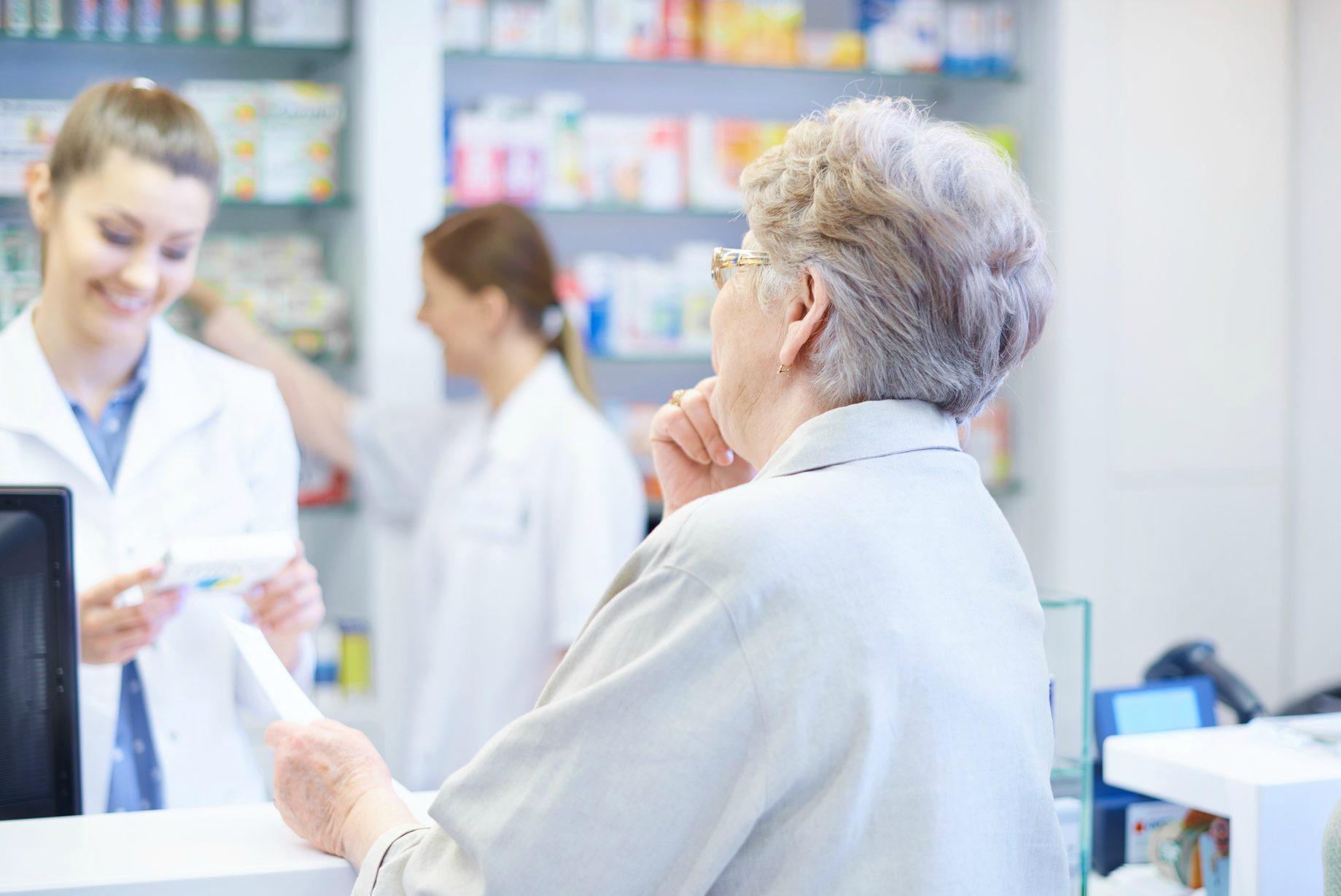 Pesquisa mostra dificuldades do público sênior ao fazer compras em farmácias