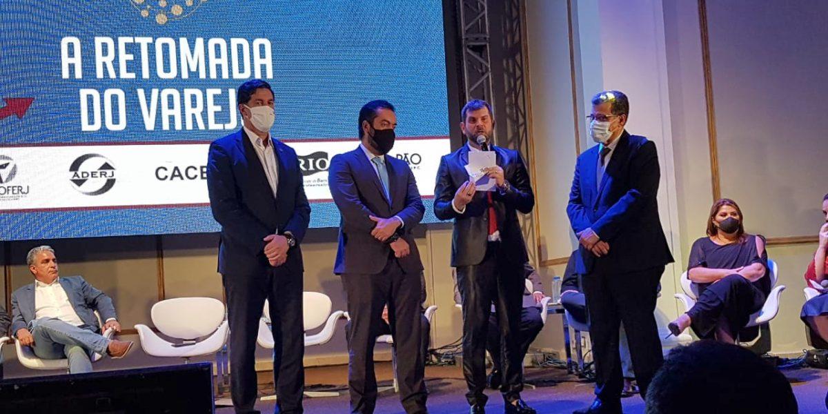 Fábio Queiroz, presidente da ASSERJ, discursa ao lado de Luis Marins, presidente da Ascoferj, e de Cláudio Castro, governador do Rio de Janeiro (Foto: Viviane Massi)